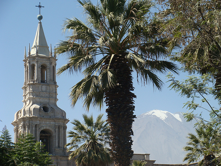 The cathedraal of Arequipa with the Chachani Vocano in the background