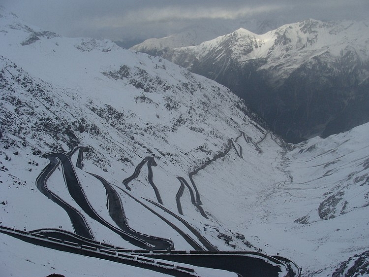 Zigzags in the snow, Stelvio / Stilfserjoch (2.757 m), Italy