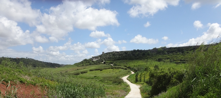The unpaved road to Óbidos
